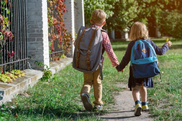 2 kids holding hands